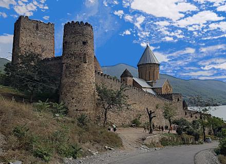Citadelle fortifiée d'Ananouri qui domine le lac d'Aragvi