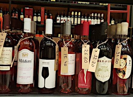 Diffrenes variétés de vins géorgiens en bouteilles