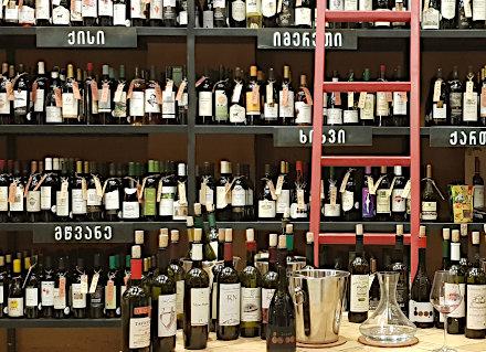 Etagères de multiples vins géorgiens différents