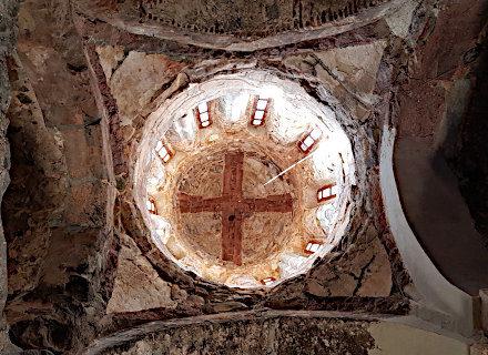 Croix dessinée dans le dôme d'une église en Géorgie