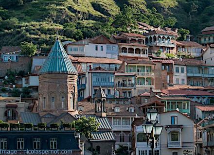Vue sur le quartier historique de Tbilissi et une église
