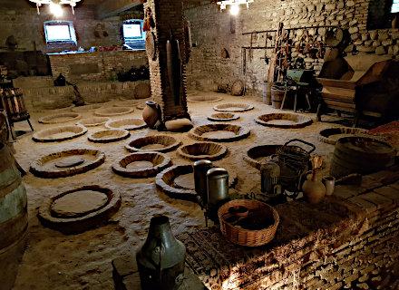 Cave de quevris ou est vinifié le vin de façon ancestrale