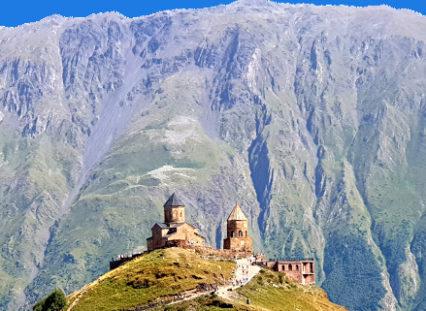 Monastère de Gergeti devant le mont Kazbek (5054m)
