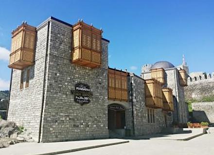 Hotel dans l'enceinte de Rabati castle-village fortifié